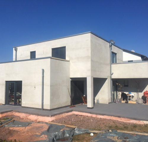 fertiggestellter Hausbau mit blauem Himmel und Terrasse- Bauleistung