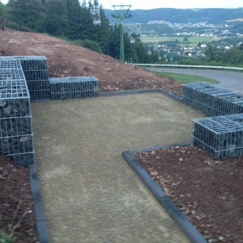 Ausschachtungsarbeiten und Sitzgelegenheit aus Steinen - Bauleistung
